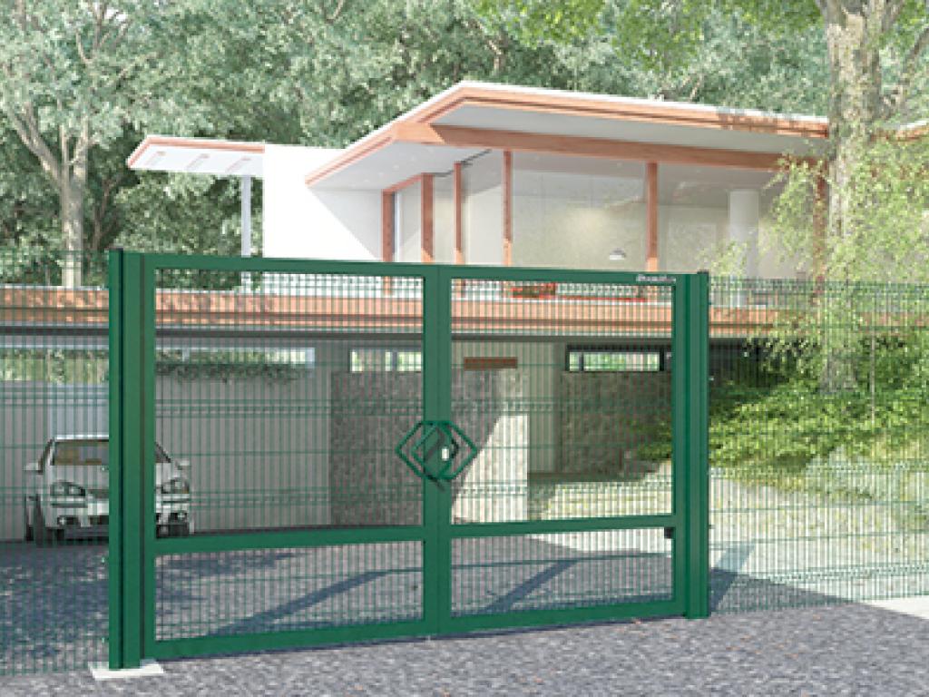 Распашные ворота со стальной рамой и с заполнением сварнойсеткой